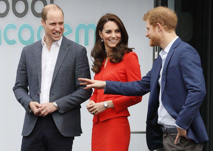 El príncipe Guillermo  junto a su hermano Harry y su mujer Kate Middleton