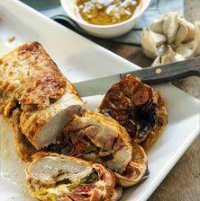 Ο συνδυασμός της απαλής σάρκας του γεμιστού ρολού κοτόπουλου με τα μελωμένα ψητά σκόρδα και την οξύτητα του λεμονιού κάνει αυτή το φαγητό πραγματικά μοναδικό