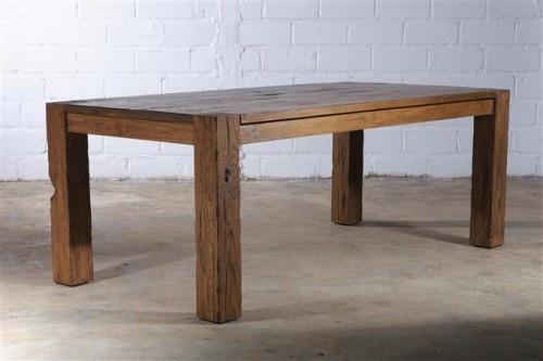 Jedes Stück ein Unikat. Unregelmäßigkeiten wie Ritzen, Fugen und Nagellöcher machen den Charme des Esstisch Retlino aus recyceltem Pinienholz aus!