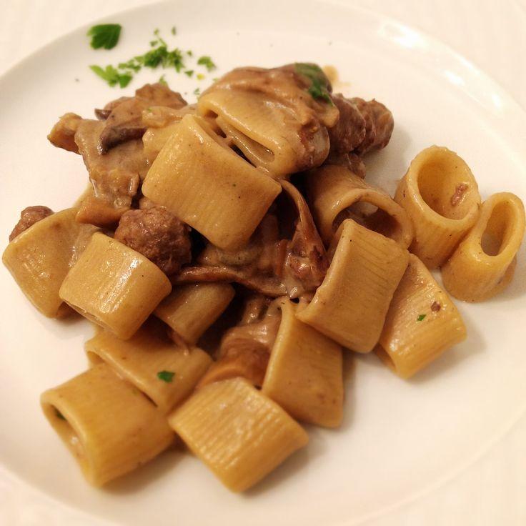 Pasta di Gragnano con funghi e salsiccia, ricetta su appesiaunospago.it