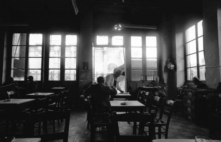 Μοναστηράκι. Καφενείο δίπλα στο σταθμό του Ηλεκτρικού.