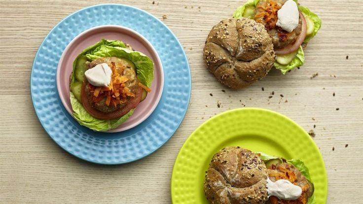 W Kuchni Lidla znajdziesz przepisy na domowy fast food, czyli burgery z indyka z ciecierzycą i suszonymi pomidorami. Sprawdzą się również na grillu!