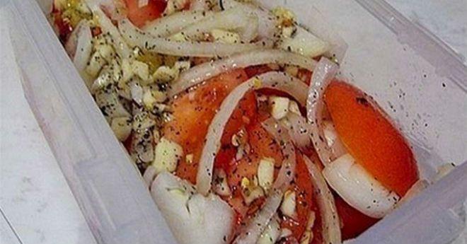 Ингредиенты: Помидоры свежие — 0,5 кг. Лук — 1 головка Для маринада: 1 ч.ложка меда 4 ложки растительного масла 3 зубчика чеснока 2 ст.л. лимонного сока 1 ч.ложка сушеного базилика соль —на кончике ножа Красный молотый перец-1 маленький стручок Приготовление: Помидоры нарезаем кружочками, лук — полукольцами. Готовим маринад: чеснок мелко изрубить ножом (не выдавливать), добавить …