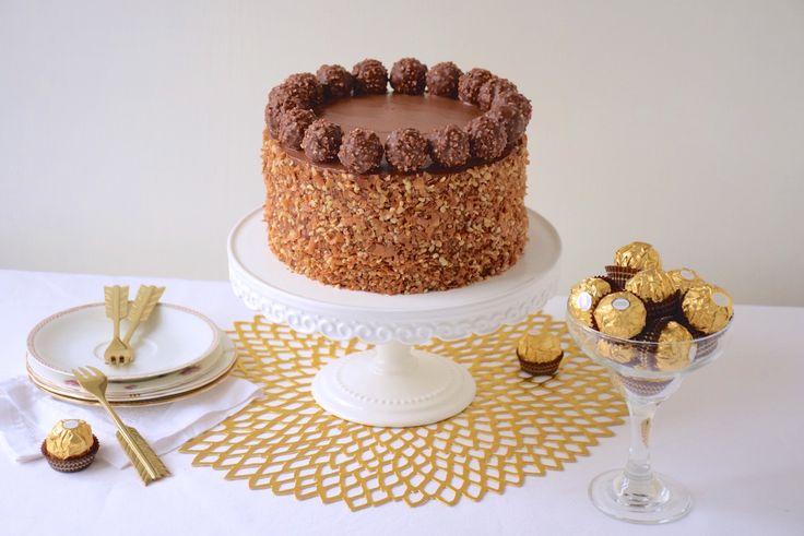 Parfait gâteau Ferrero rocher avec son croustillant praliné et son glaçage mascarpone au Nutella. Le gâteau de fêtes ultime!