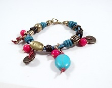 Pulseras Anu - Turquesa, Coral, cuero y piezas de metal