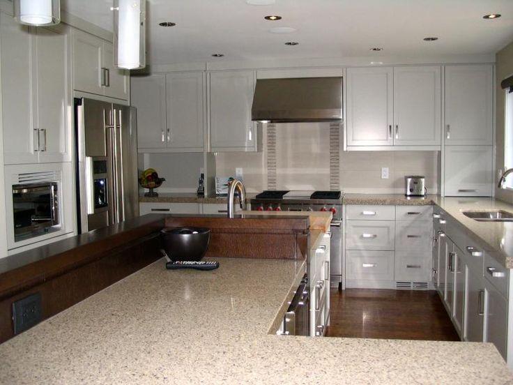 En utilisant l'espace existant et en agrandissant la fenêtre au-dessus de l'évier, nous avons créé une cuisine de rêve qui satisfait les besoins de nos clients. Des cabinets laqués gris et en bois teint, un comptoir de quartz et un dosseret en céramique procurent à cette cuisine un cachet unique.