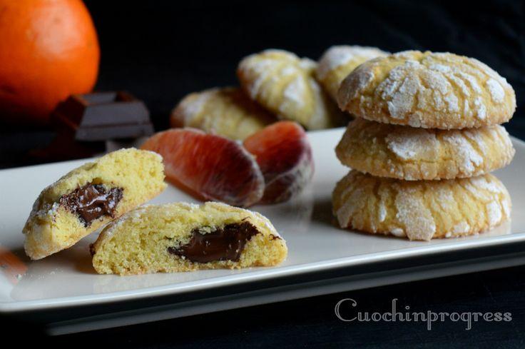 I biscotti morbidi arancia e cioccolato sono dei dolcetti delicati, friabili, facili e veloci da preparare. Ottimi a colazione, merenda o dopo cena
