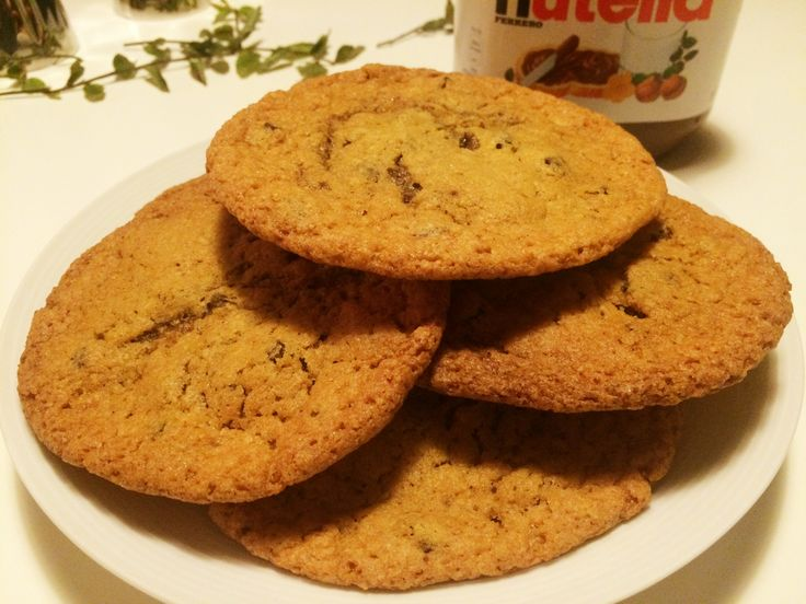 Underbara kakor med kolasmak, chokladbitar och en krämig nutellagömma i mitten.