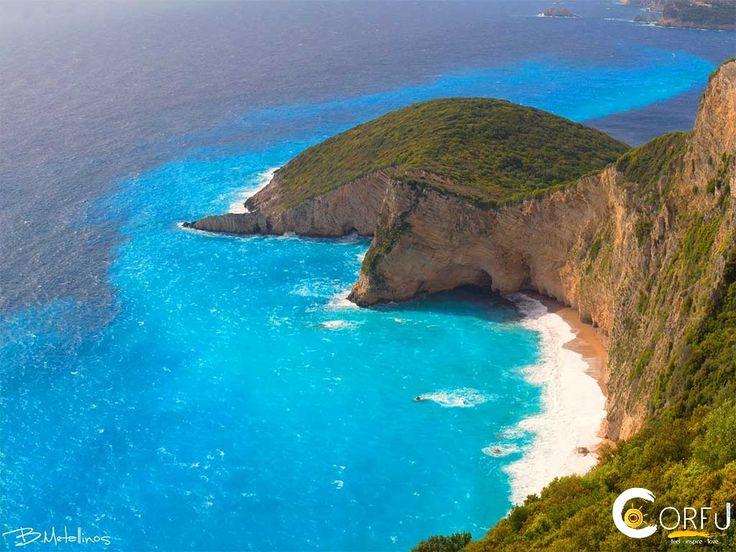 Παρθένα Γη. Έτσι θα την χαρακτήριζαν πολλοί! Η Παραλία Χωμοί κοντά στο χωριό Λιαπάδες, είναι μια από τις λίγες κρυφές παραλίες που διαθέτει το νησ...