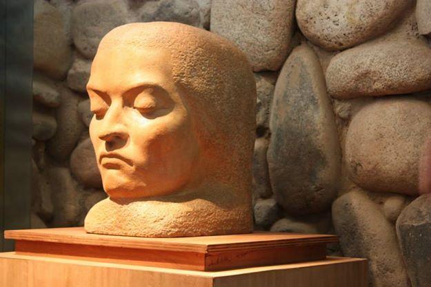 Escultura. Abstracción de la cabeza de Gabriela Mistral. De Nina Anguita (1944). Museo Gabriela Mistral de Vicuña.