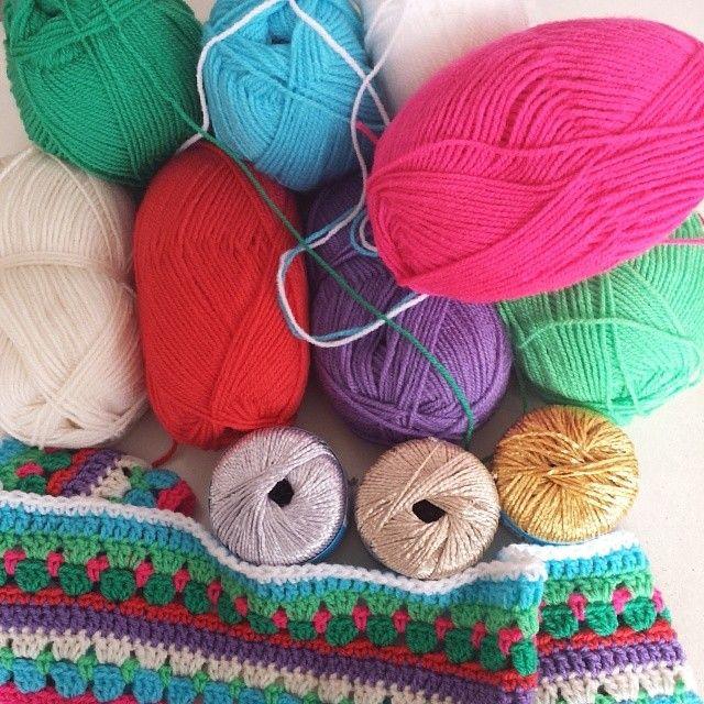 Garen van #zeeman en patroon uit #hakenenkleur. #deken #crochet #haken. Instagram: despruitenvandora