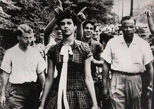Dorothy Counts va ser la primera estudiant negra admesa en una escola pública americana (de blancs). La fotografia retrata el seu primer dia d'aula a la Universitat de Harry Harding, Carolina del Nord, USA. Any 1957