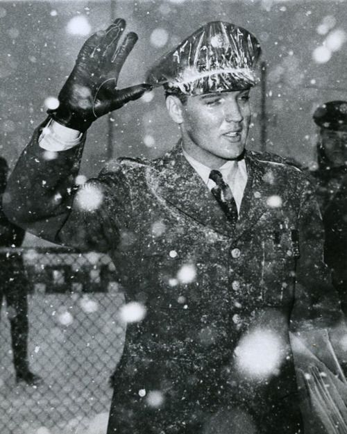 Elvis waves at fans that gathered to welcome Him home, March 1960