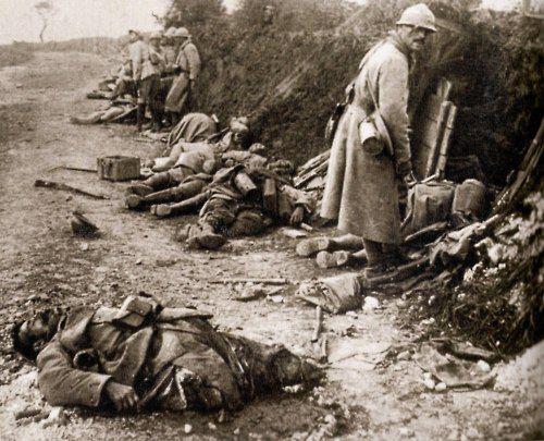 WWI 'The Battle of Verdun', France.  Pendant la bataille de la Somme, les soldats s'abritaient, entre deux charges, derrière des monticules de soldats morts. Ici, voir le soldat blessé au premier plan. Certainement pas une photo de propagande.