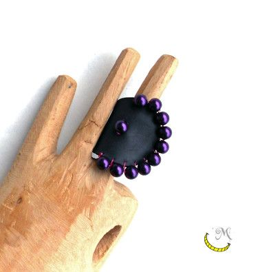 Large band ring black with purple pearls. From upcycled inner tube.   A very special ring and of great dimensions, completely black with a light blue pearl. I used an old inner tubes and some purple pearls from a plastic necklace.  Follow me on fb: https://www.facebook.com/MaliceCrafts/