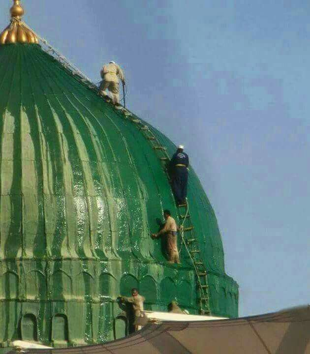 The cleaning crew seen  washing  the green dome of # masjid al nabavi #Medina