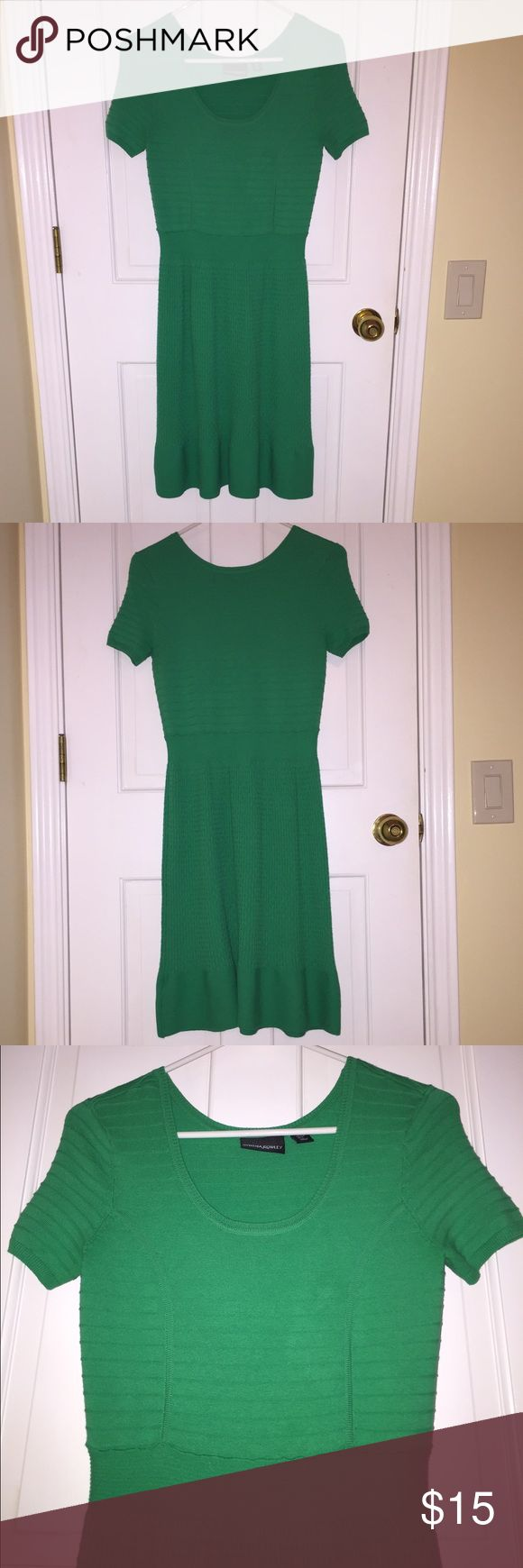 Green knit dress Green dress with knit detailing and short sleeves. Fun dress for springtime! Cynthia Rowley Dresses Midi