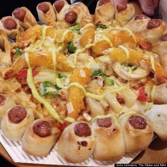 A América tem um plano secreto para controlar a china. Chama-se pizza com crosta de cachorro quente, tempura de camarões e maionese.