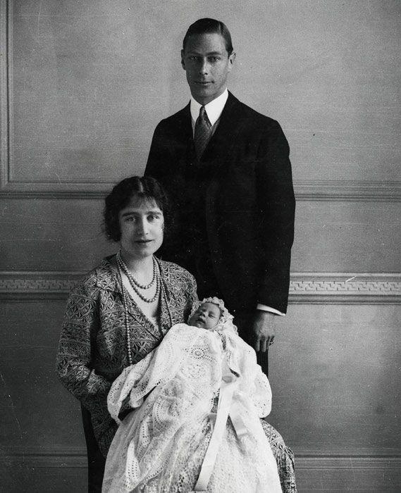 Biznieto: El rey George VI con la reina Isabel . Esta con Elizabeth en brazos ( tataranieta)