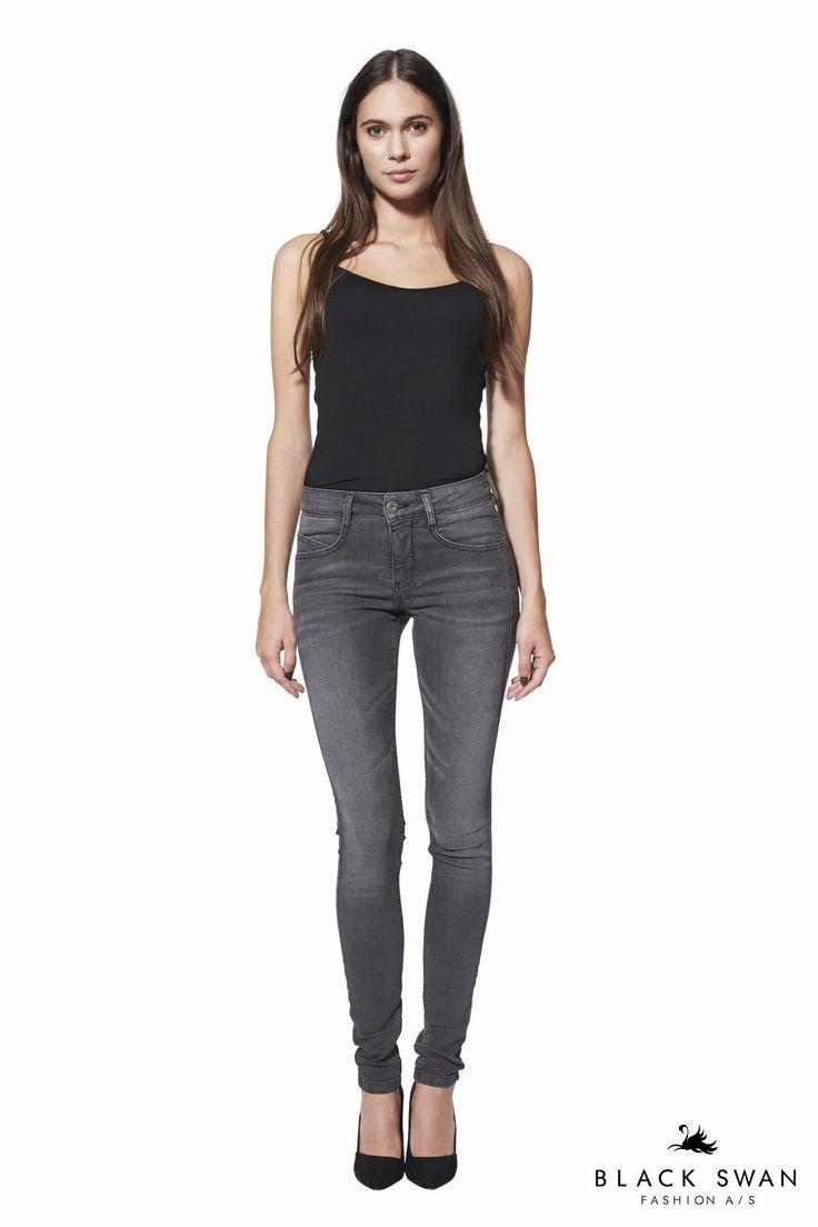 Slim jeans i lækker stretch kvalitet. Bukserne har en fantastisk pasform, lækre detaljer og lommer og syninger, der fremhæver eller skjuler det de skal. Cool washed jeans. Black Swan Fashion