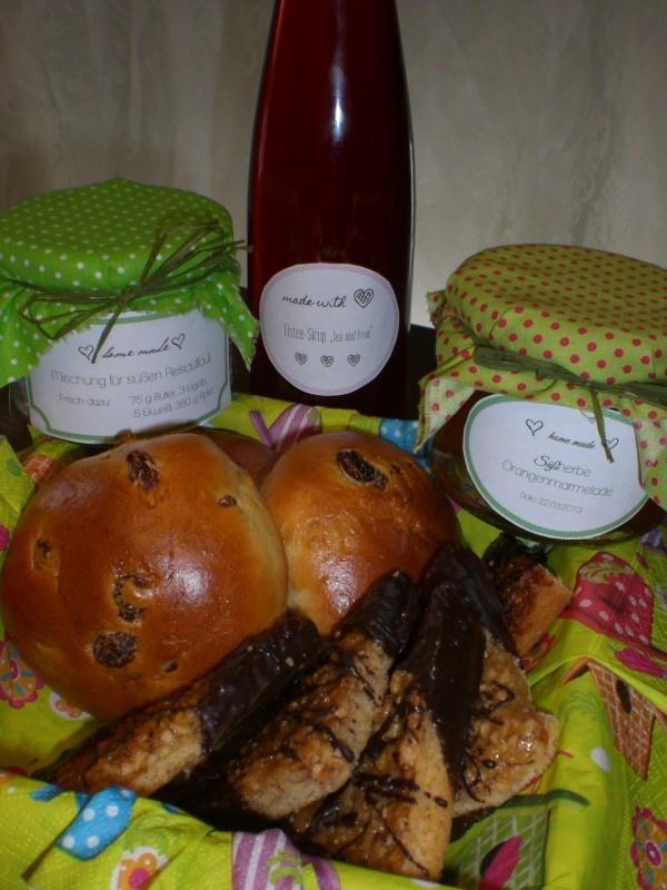 Mischung für Reisauflauf mit Baiserhaube und Apfel, Rosinenbrötchen, Nussecken, Orangenmarmelade und Eistee-Sirup