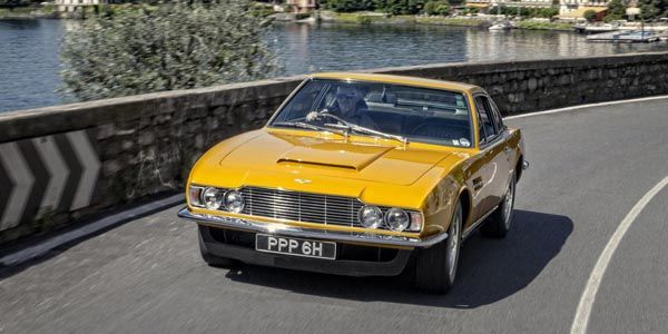 Aston Martin DBS conduite par Lord Brett Sinclair