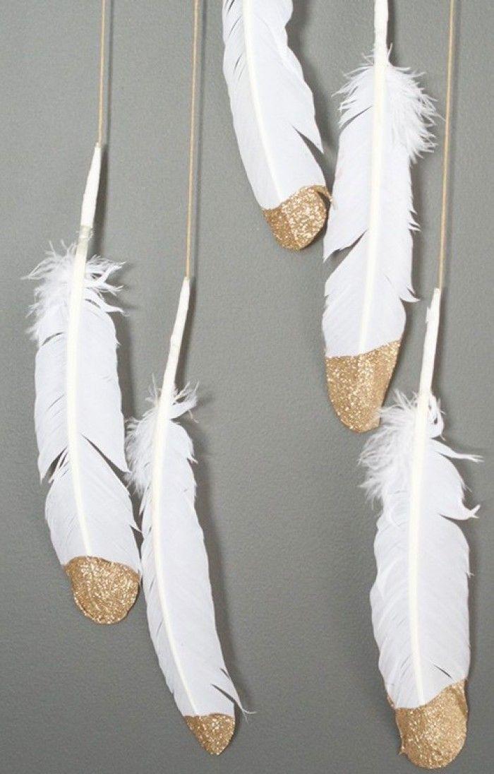 DIY veren in de glitters dippen. (via pinterest)