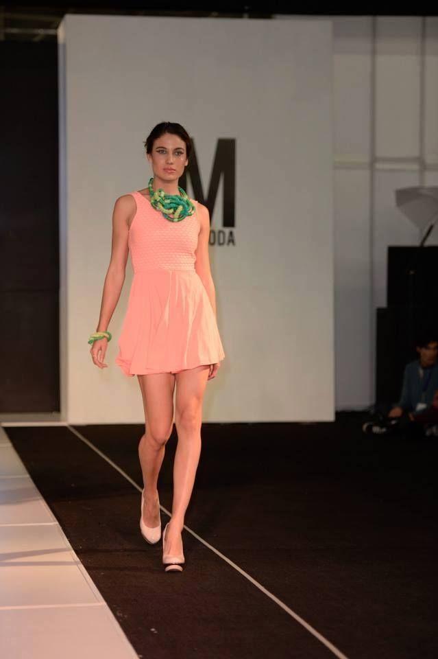Vestido color Salmón con corte en la cintura y falda en linea A. Primavera-Verano 2015.  Pasarela de Sandia Accesorios, en sinergia con el vestuario de la Carolina Amaya en el marco de Intermoda realizado en Guadalajara en enero del 2015