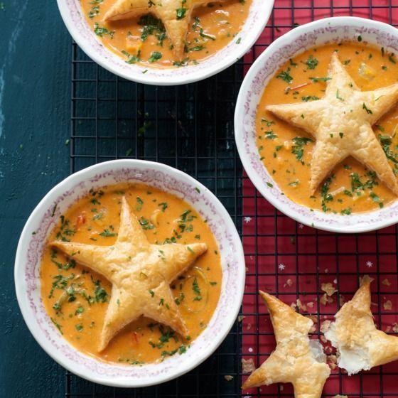 Verse tomatenroomsoep met een kerstdakje - Versier de soep met een leuke kerstster van bladerdeeg.