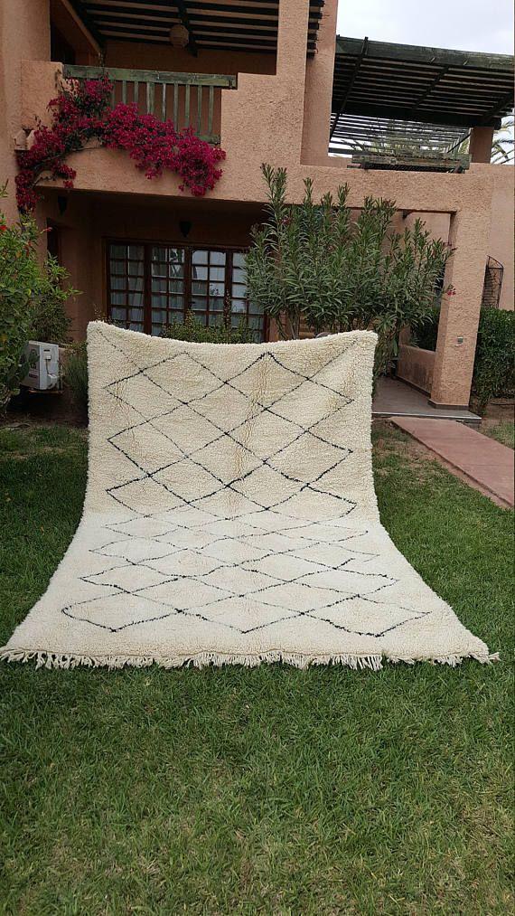 Beni Ourain Teppich wurde in großer Nachfrage letztes Jahr und dieser marokkanischen Kelim und Berber-Matte ist wirklich eine Schönheit, die nur wenige andere Teppiche entsprechen können. Trendcarpet arbeitet mit einem lokalen Teppich-Händler am Fuße des Atlas-Gebirges,, jede Woche auf den Berg reist, Beni Ourain und Azilal Wolldecken aus der Berber-Stämme zu kaufen. Wir erhalten so Zugriff auf antike, semi-Antike und neue Beni Ourain Teppiche von fantastischer Qualität - zu einem Preis, der…