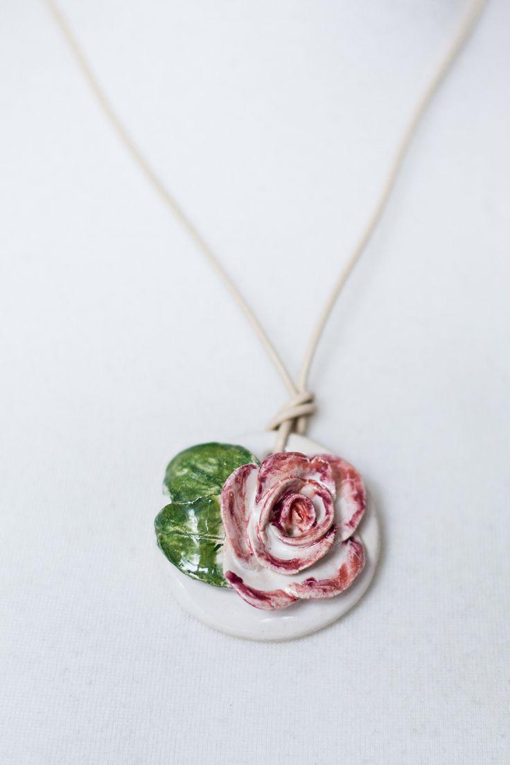 Róża z ceramiki majolikowej w formie wisiora.