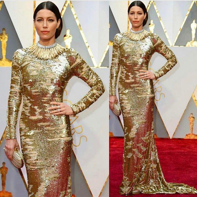 Oscar 2017 - Difícil usar um vestido fechado, mangas longas e ainda mais, com muuito brilho! Aumenta tudooo!!! Mas adorei, e fez bem de prender o cabelo e make bem simples! Ela pode!