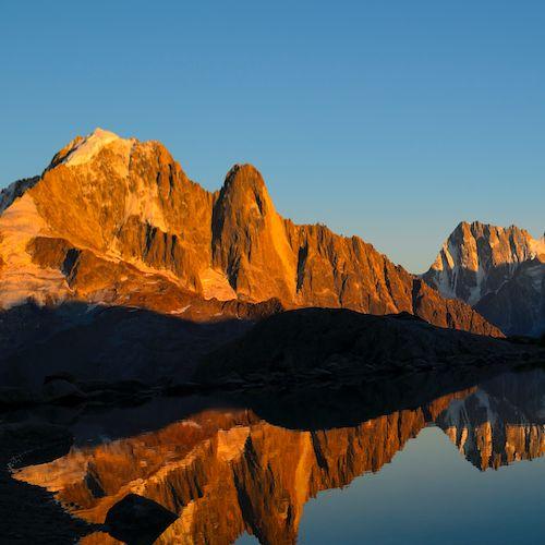 Couché de soleil sur les Drus à Chamonix Mont-Blanc, Alpes, France | Location de chalets et chambres d'hotes a la montagne | Ete et Hiver | www.collineige.com | Mountain Sunset in the Alps