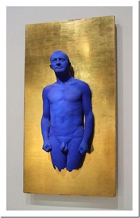 Portrait relief Arman, Yves Klein. Le bleu ici amplifie la présence lumineuse et immatérielle de la représentation de son ami.