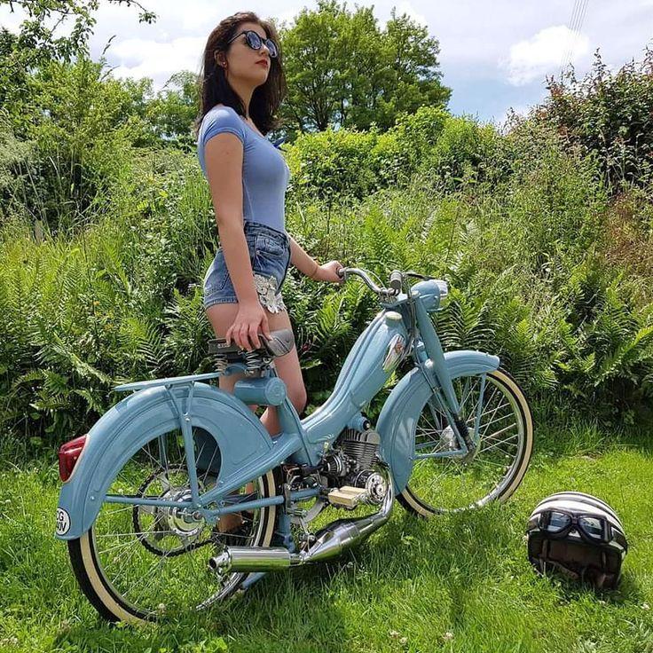 les 25 meilleures id es de la cat gorie mobylette bleue sur pinterest cyclomoteur 50cc. Black Bedroom Furniture Sets. Home Design Ideas