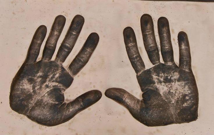 Oto one! Dłonie Benedicta Cumberbatcha, a dokładniej ich odcisk ;-)