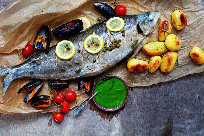 Näyttävä mutta helppo kalaruoka valmistuu kevyesti höyryn avulla. Ihanat rosmariiniperunat ja raikas salsa verde viimeistelevät makunautinnon.