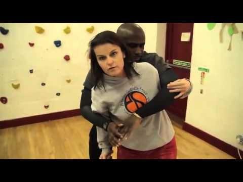 Как научиться бить по болевым точкам нападающего и быстро освобождаться от захватов и удушений? Ответ в видео! Скачайте бесплатные уроки женской самообороны ...