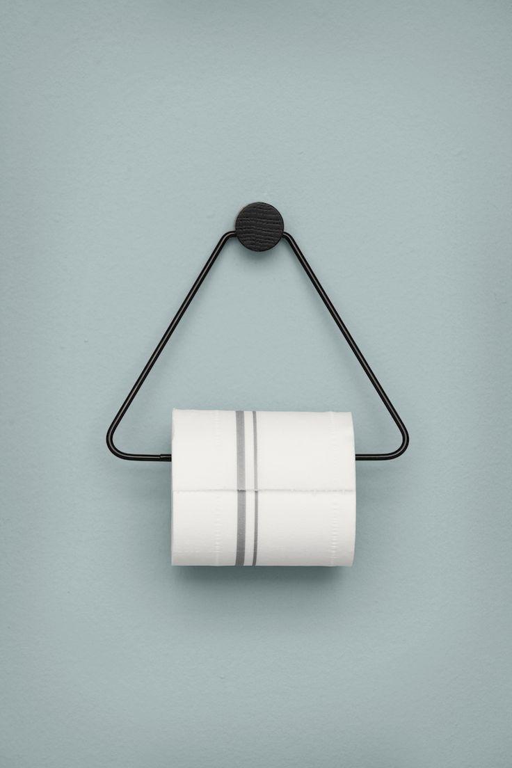 Elegant Toiletpapir holder fra Ferm Living. Sort toiletpapir holder med ophæng i sortbejdset eg.
