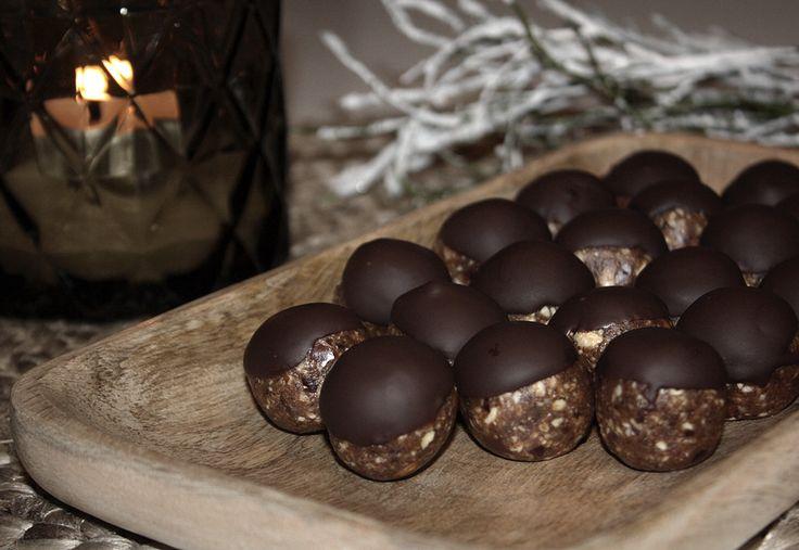 Vi fortsätter att förbereda inför julen med nyttigare alternativ.Julgodis måste inte innebära sockrig kola och glutenstinna lussekatter. Alla barnen är med och mixar och rullar! Chokladdoppade pepparkakskulor 1 dl cashewnötter 1 dl mandlar 8 dadlar 1 msk kokosolja 2 msk pepparkakskrydda 1 tsk ingefära (om man gillar mycket ingefärssmak) 50 gram mörk choklad 1. Kärna ur dadlarna 2. Kör alla ingredienser i matberedare 3. Rulla små bollar och ställ in i kylen i ca 30 minuter. 4. Smält…