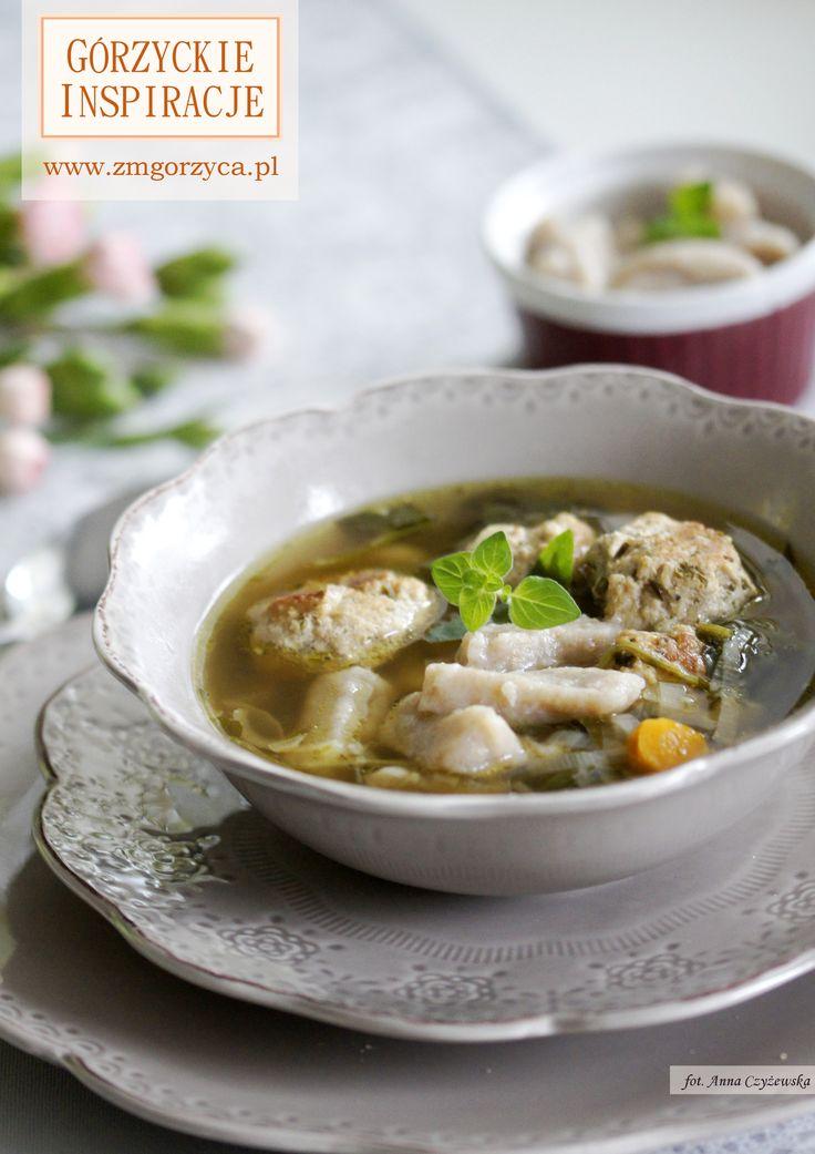 Zupa z klopsikami wieprzowymi, kopytkami i szpinakiem - aromatyczna, na pierwszy rzut oka skomplikowana, ale tak naprawdę banalna w przygotowaniu http://www.zmgorzyca.pl/gorzyckie-inspiracje/zupy/488-zupa-z-kopytkami