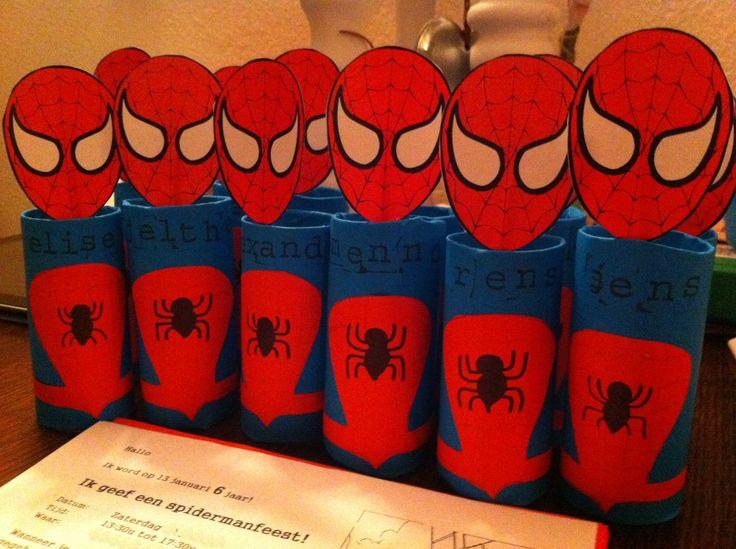 Spiderman uitnodiging kinderfeest Nodig: wc-rol Blauw papier Rood papier Zwarte stift Lijm Schaar Letter stempels Hoofd vastzetten: Cocktailprikker  Plakband Het hoofd heb ik geprint via een link op het internet.  Wanneer je Spiderman klaar is: De uitnodiging rol je op en stop je in de wc-rol.