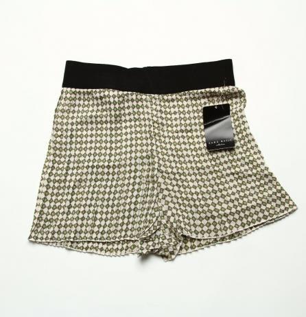 Pantaloni scurti dama Zara Pantaloni scurți cu aspect lejer. Pantalonii sunt din mătase cu pliuri și imprimeu, iar în talie au elastic lat Marime: M Pret: 30 Lei