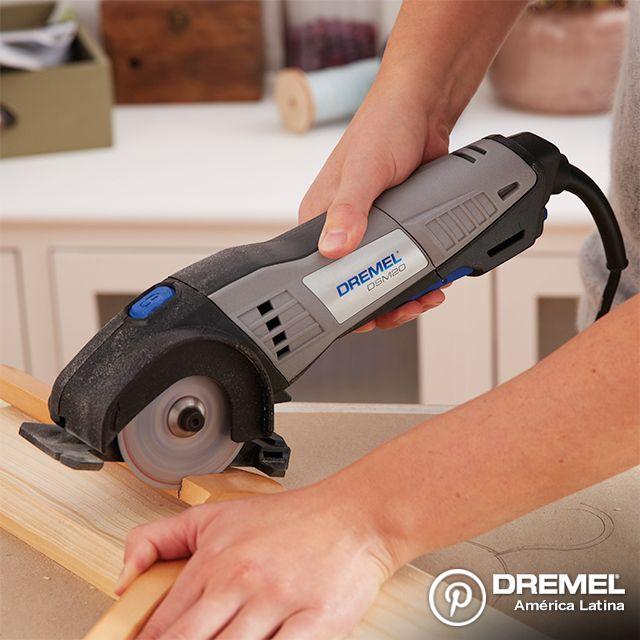 Paso 2: Utilizando una herramienta de corte como la Dremel Saw-Max, junto al disco SM500, realice el corte recto sobre la línea marcada.