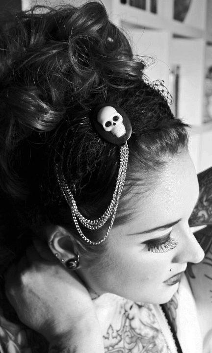 Le serre tête black feathered | DECO ACCESSOIRE PIN UP ATTITUDE : Ce serre tête est absolument unique!  http://www.pinupattitude.com/gamme.htm?products_name=Le+serre%20t%EAte%20black%20feathered_id=14#  #accessoires #deco #vintage #oldschool #rock #shopping #retro #50s #60s #rockabilly #sexy #glamour #pinup