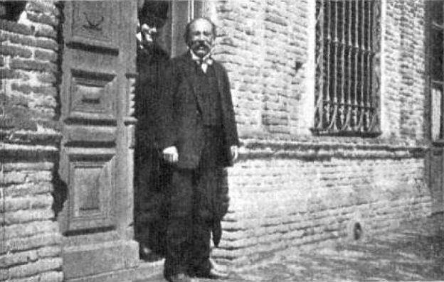 El poeta Almafuerte en la puerta de su casa de avenida 66 entre 5 y 6 (año 1905)