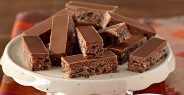 Υπέροχo σοκολατένιο γλύκισμα με ζαχαρούχο γάλα, ινδοκάρυδο, κορν φλέικς και ζαχαρωμένα φρούτα χωρίς ψήσιμο. Μια πανεύκολη συνταγή, για αρχάριους για ένα τραγανό, πεντανόστιμο σοκολατένιο γλύκισμα που σίγουρα θα απολαύσετε μικροί και μεγάλοι σε όλες τις