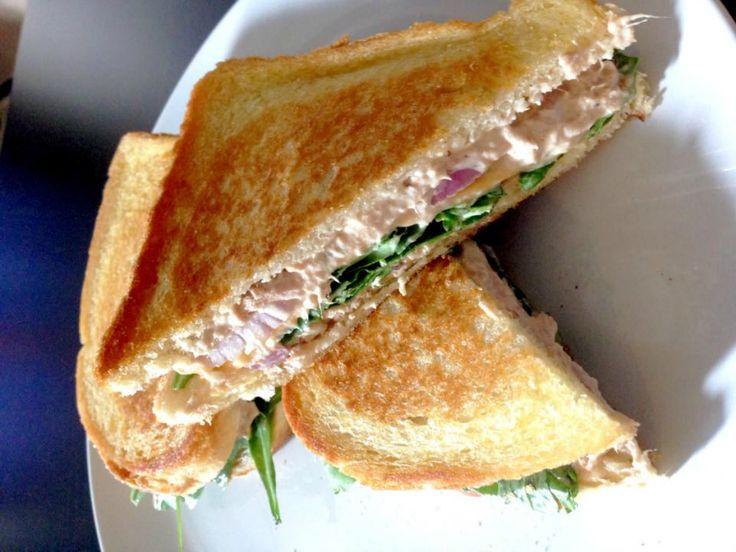 Lunchtip! Tuna Melt sandwich..tonijn, gesmolten cheddar kaas... Heerlijkheid! Dit recept is voor 2 sandwiches. Tonijnsalade maken, uitje in dunne ringetjes snijden.