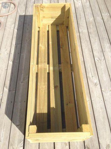 Nytillverkade blomlådor med måtten 140x43 cm och höjden är 32 cm. Material: tryckimpregnerat trä samt fiberduk på insidan av lådan. Hjul och blommor ingår ej.