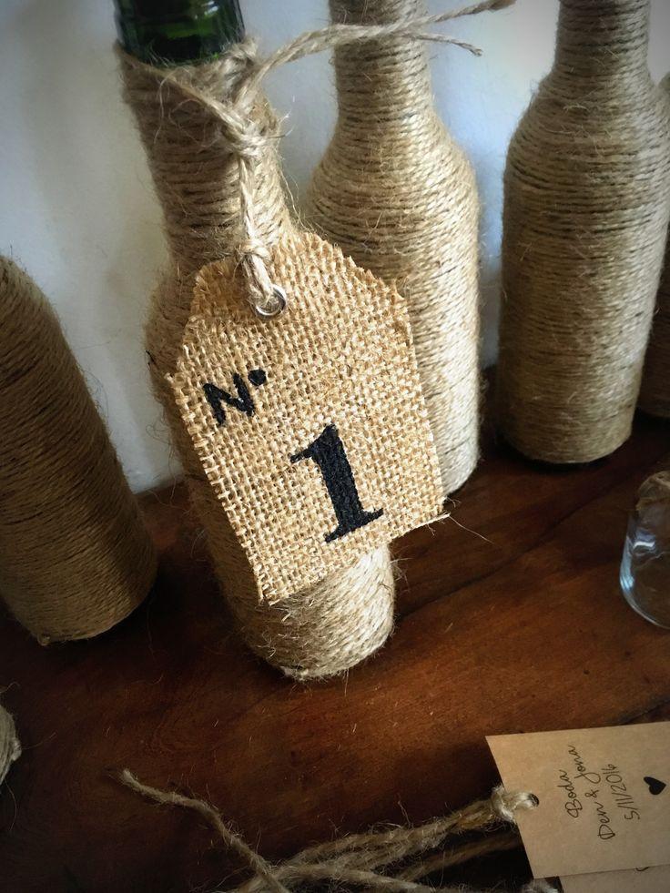 Botella decorada y número de arpillera colgante #Arpillera #Centrosdemesa #Numerosdemesa #numbers #table #indicadoresdemesa #decoracion #ambientacion #numerosdearpillera #rustico #handmade #vintage #hechoamano